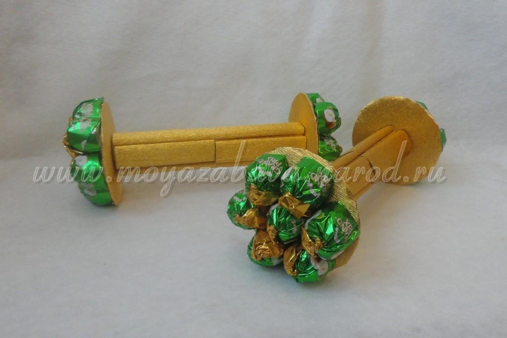Как сделать штангу из конфет пошаговое